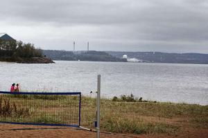 Mellan åren 1952-1964 dumpades runt 23 000 tunnor med giftigt avfall i Sundsvallsbukten. Inget av de företag som pekats ut har velat ta på sig ansvaret.
