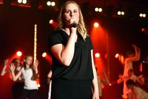 Nathalie Halvarsson sjöng River av Bishop Briggs medan dansare backade upp henne.