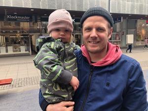 """Markus Jans, 31 , föräldraledig från Mariekäll, här med dottern Maj-Britt: """"Jag föredrar inget särskilt godis just i påsk, men jag gillar blandat lösviktsgodis. Det klassiska påskgodiset är inte så gott. Maj-Britt får oftast inte äta godis men tycker om det lilla hon smakat."""""""