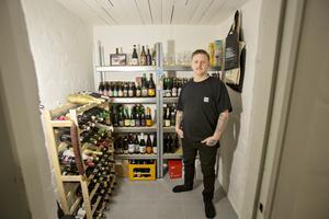 I källaren förvarar Anders Persson sin ölsamling.