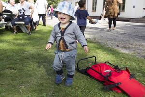 Alfons Berggren, 1 år, dansade till musiken.