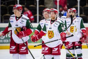 Daniel Ljunggren (i mitten) och Mora åkte på ännu en förlust på fredagskvällen. Foto: Erik Mårtensson/Bildbyrån
