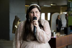 Kitty Jonsson bjuder också på sång på catwalken.