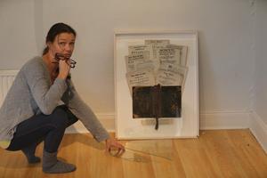 Ulrika Moberg visar en tavla som rasat ner, hon tror att det är vibreringen som gjort det.