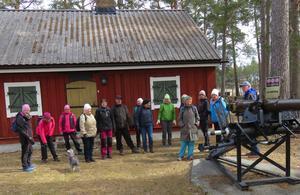 Kanonerna beundras av bland andra Gertrud med Majken, Margita, Ann-Christin, Birgitta, Solweig, Bo och några till. Foto: Carin Brobacke