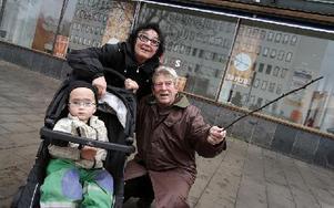 – Jodå, så här skall nog rondellkonst se ut, menade Anneli Hansson och Jens Daugaard. Barnbarnet Maximus Linton lät sig storligen imponeras. Foto: Staffan Björklund