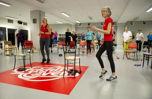 Alla deltagare är i en ring runt Marianne Estberger och Ann-Charlotte Svensson som visar varje rörelse.