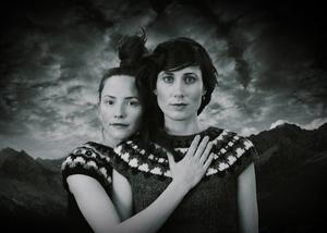 Matilda Bådagård och Maja Långbacka går sina egna vägar i musik som skär över genregränserna. Foto: Johannes Ferm Winkler