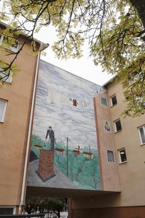 Gävlekonstnären Janne Englunds motiv med en sotare och flera personer som tittar ut genom fönstren binder ihop byggnaderna på Brunnsgatan 57-59. Verket har funnits där sedan 1995.