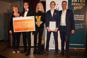 Näringslivskontorets Gerd Svedberg och Mats Hedman delade ut priset Årets affärsidé till Caliditas UF - med  Linus Pettersson,  Ida Larsson och Ludvig Käll.