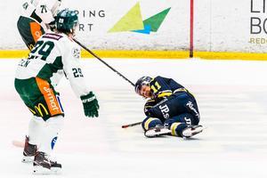 Simon Önerud tvingades lämna isen för en stund i matchen mot Färjestad efter en slashing från Oskar Steen.