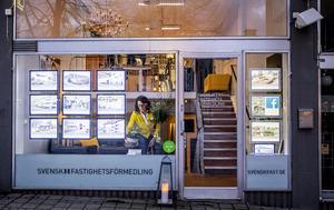 På skyltsöndag blir det officiell invigning av Svensk Fastighetsförmedlings nya lokaler vid torget.