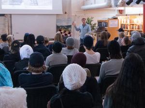 Christer Karlsson från Trafikverket visade upp exempel på vad andra skolungdomar hade gjort vid samma projekt fast på andra orter i landet.