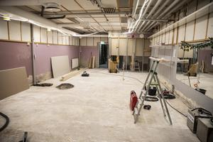 Omkring 300 kvadratmeter golv har fått rivas upp och fukt har trängt upp i flera väggar. I början av sommaren revs fuktskadat material ut ur byggnaden och konstruktionen har sedan fått torka.