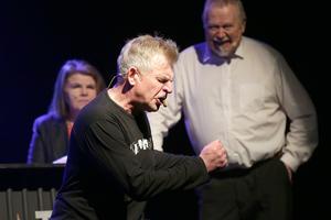 Tommy Andersson rockar loss i improvisationsnumret.