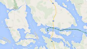 Den gröna streckade linjen visar fartygets framfart och hur fartyget gått på grund. Kartskissen är inte på metern exakt.