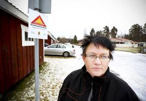 - Det är redan tryggt att bo i Järpen men det är bra att jobba för att det ska förbli så, menar Ann-Christin Henriksson som är kontaktperson för grannsamverkan på Mostigen i Järpen. Hon visar upp skylten som talar om att grannarna har uppsikt över gatan. Bara skylten förhindrar brottslighet visar undersökningar.