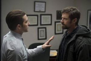 När två flickor försvinner i ett lugnt grannskap tar polisen Loki (Jake Gyllenhaal) tag i utredningen. Men den ena flickans pappa (Hugh Jackman) vill gå längre än polisen i förhörsmetoderna i