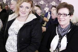 Jessica Lejdström bjöd sin mamma Marianne Lejdström på Elviskonserten i Järbo.