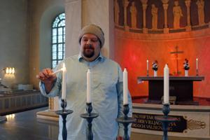 Tobias Olsson, församlingspedagog i Järvsö församling, anser att det är problematiskt att Skolverket tar sig rätten att bestämma vad som är tradition och vad som är religion.
