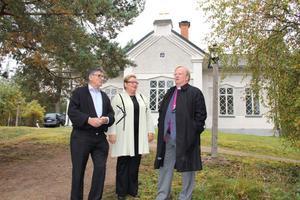 Sverker Nilsson, Katarina Jansson och Ragnar Persenius hann samtala en stund i kyrkbacken i Svabensverk. Besöket i kyrkan inleddes med gudstjänst innan man berättade hur man som bybo upplever kyrkan.