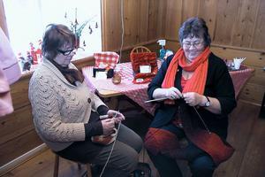 Margareta Eriksson och Lisbet Berggren satt och julpysslade, när besökarna anlände.