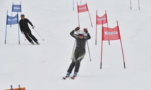 Segern är klar och Pernilla Wiberg jublar efter att ha besegrat Ingemar Stenmark i finalen.
