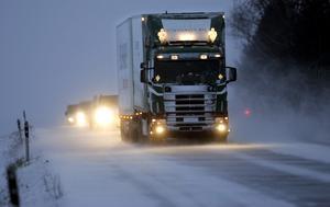 Tunga fordon har svårt att ta sig fram på vissa håll i länet. Både lastbilar och bussar har fastnat.Foto: Fredrik Sandberg/TT