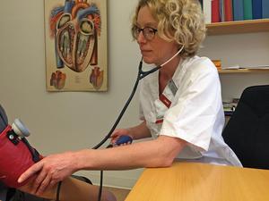 Överläkaren Charlotta Hammar anser att det är bra att kvaliteten på olika sjukhus jämförs.