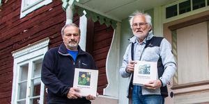 Stefan Olander och Björn Wannberg med de två delarna av Hälsinglands flora.