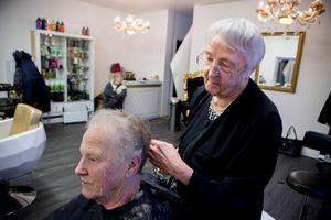 De sista kunderna väntar på sin tur på salong Victoria. Nu går deras frisör i pension efter 75 år i yrket.