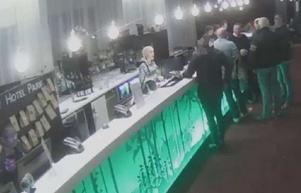 Personalen på hotellet tyckte att mannen betedde sig konstigt då han i ena sekunden ville boka en svit och i nästa sekund ville ha en taxi för att komma snabbt därifrån. (LT har maskat mannen på bilden) Foto: Polisens förundersökning