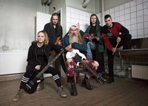 The Budokan när de blev fotograferade i gamla plattfabriken i Orsa. Från vänster ser man: The K, John Blaklogos, Gomer Explensch, Flix Gotem Trix, Tapper Fotograf: Maria Mäki