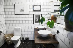 Den industriella stilen är påtaglig i badrummet.