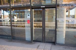 Stängda och låsta dörrar in till Örnsköldsviks Resecentrum mötte de sena tågresenärerna på söndagskvällen.