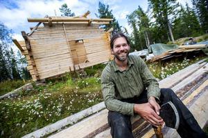 Om allt går som det är tänkt får Skuleskogen en ny och efterlängtad stuga vid Skrattabborrtjärn. Allt undertecknat av timmermannen Paul Zsaludek från Härnösand.