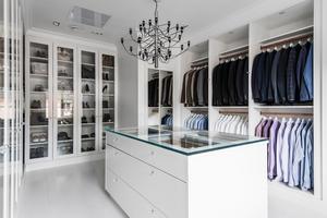Man kan fundera på vilken butik det här är. Det är Peter Forsbergs och Nicole Nordins garderob.