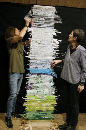 Peter Endahl och Maria Forsling Jenke närstuderar Åsa Westmans återbruksväv Seven days of waste.