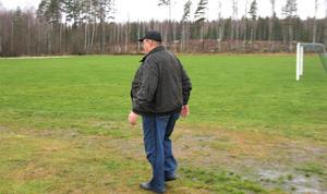 Trots att det inte spelas några matcher eller hålls några träningar, så klipper Lars-Göran Pettersson gräset på Näs IP.