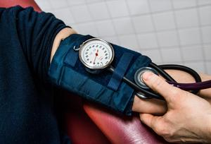 Kontroll av blodtryck är exempel på undersökningar som ska kunna göras på det tilltänkta hälsorummet i Horndal.Foto: Claudio Bresciani/TT