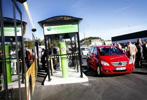 """Länets första biogasmack. Gävleborg har kallats """"stopplän"""" och """"vit fläck"""" på biogaskartan i några år. Men nu ska det bli ändring på det när länets första biogasmack invigdes på Sörby Urfjäll på fredagsförmiddagen."""