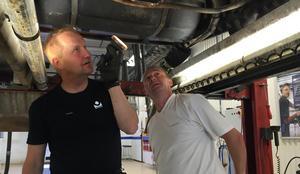 Peter Elofsson kontrollerar en Ford Mustang - 97. Bilens ägare, Andi Beightons följer nyfiket inspektionen.