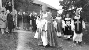 Ärkebiskop Nathan Söderblom tågade ut efter den högtidliga invigningen då även dåvarande kronprinsen samt prins Eugen fanns på plats. Bilden är utlånad av Kristina Strömbom Arholma.