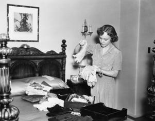 Hushållsarbetet tog aldrig slut för en hemmafru. På 1930-talet kom nya ideal om renlighet, allt i hemmet skulle vädras och luftas ofta. Foto: Shutterstock
