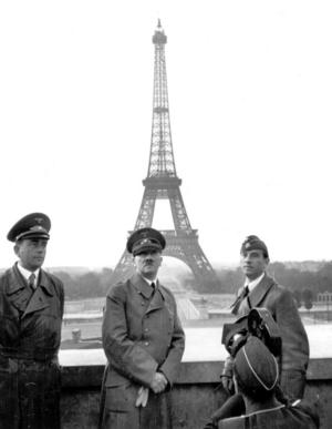 Frankrikes fall i juni 1940 var en av de mest omskakande händelserna i Europas historia. På bilden syns Hitler i Paris. Till vänster hans arkitekt Albert Speer. Arkivbild.