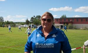 Jessica Falk Nilsson på plats i Matfors för att stötta sin förening Fränsta IK.
