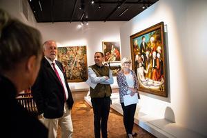 Carl Johan Olsson (mitten) på pressvisningen av den första utställningen på Nationalmuseum Jamtli.