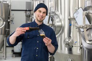Schwarzbier 4,9 procent - en svart lager med lite rostade och chokladiga toner, balanserad bäska, och lenhet  - rekommenderas till påskbuffén av Erik Sahlin.