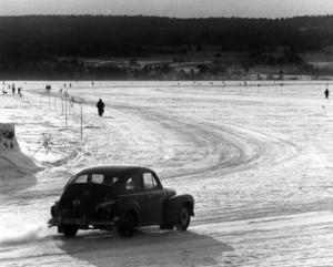 1976 öppnade isvägarna i slutet av januari. ÖP skrev om vikten av att följa trafikskyltarna – särskilt hastighetsbegränsningen men också avståndet och förbudet mot att parkera på isvägen.