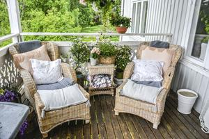 Härliga fåtöljer på altanen. Mycket kuddar och plädar skapar harmoni och en ombonad känsla.